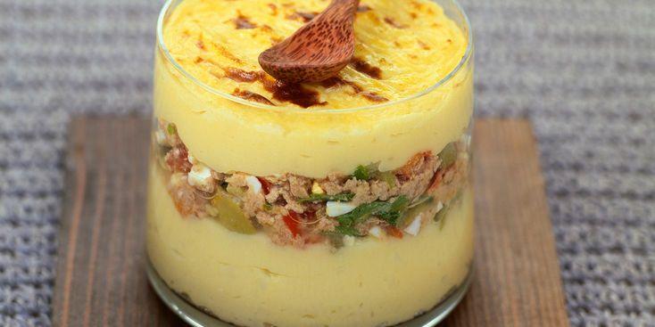 Parmentier de thon - Ingrédients pour 4 personnes -  • 500 g de pommes de terre • 2 œufs • 1 boîte de thon à l'huile (190 g) • 1 oignon • ½ poivron vert • ½ poivron rouge • 15 cl de lait entier • 50 g de beurre salé • 20 g de parmesan râpé • 10 cl de crème liquide • 8 brins de persil • 1 pincée de noix muscade • sel et poivre du moulin • gros sel