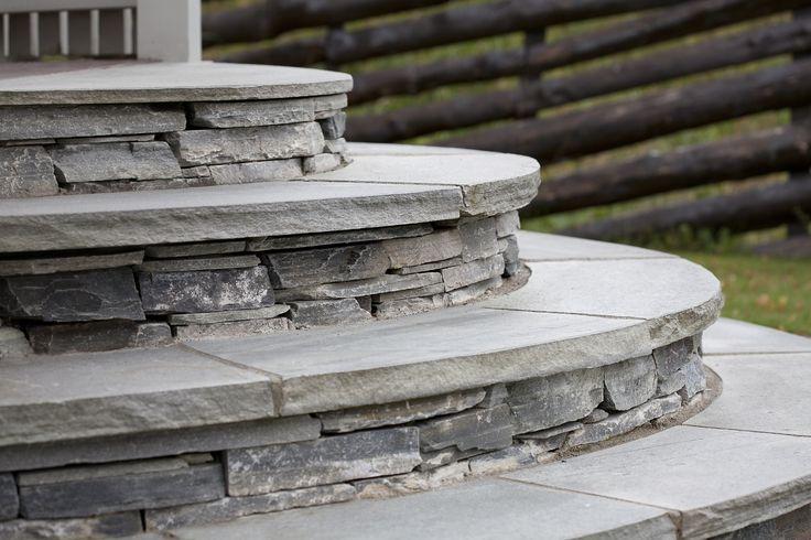 Vekker og solid hagetrapp med murstein og trinn i lys Oppdalsskifer fra Minera