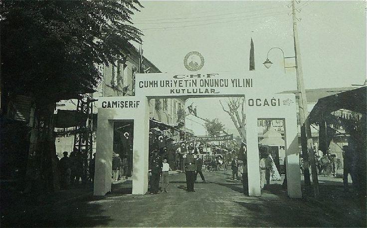Mersin Tarih: 29 Ekim 1933...Mersin Yoğurt Pazarı önü...Cumhuriyetin 10. Yıl dönümü için Mersin'de yapılan Kutlamalardan bir kare...