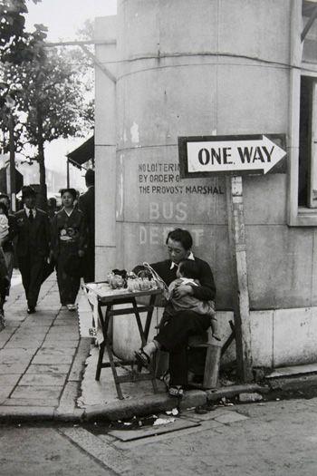 街角でライターオイルを売る父子 1951 銀座