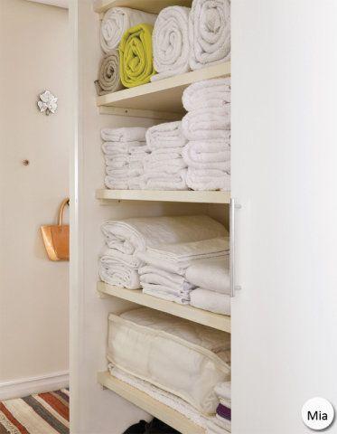 """Roupeiro impecável. O segredo é padronizar o jeito de dobrar. """"Sempre dobro lençóis e toalhas ao meio, no sentido da largura, duas vezes. Depois, no sentido do comprimento, dobro em três, trazendo uma extremidade de cada vez para o centro"""", diz."""