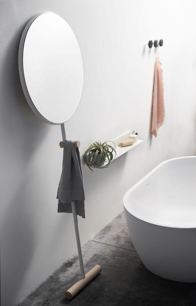 Leaning round floor mirror. luis-Arrivillaga-giulietta-3