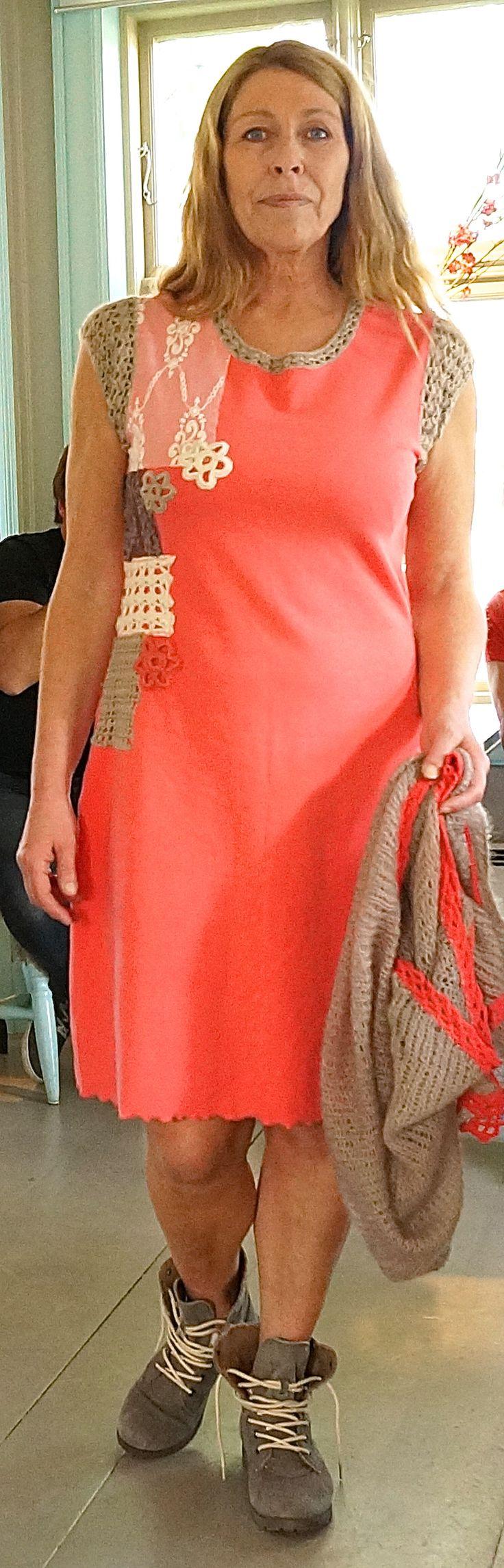 Håndlaget og egendesignet. Også med egendesignet sjal som matcher kjolen.