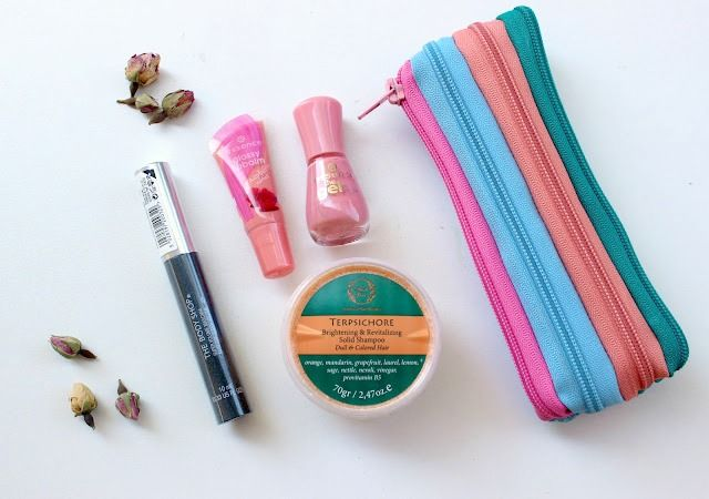 Giveaway A cute Pouch full of Summer Cosmetics!!!!