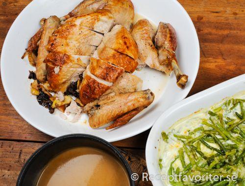 Helstekt kalkon fylld med katrinplommon och äpple serverad med gräddig sås på stekskyn.