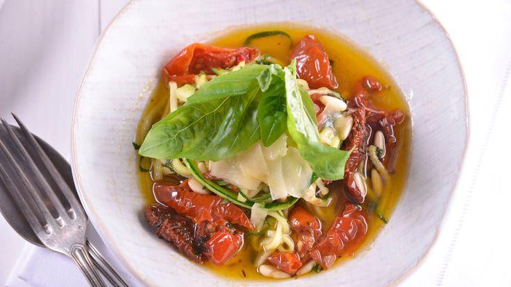 Gonzalo D´Ambrosioen el capítulo 141 deFácil y resultón T7prepara un menú para celíacos.Este plato de espagueti vegetal decalabacín es apto...