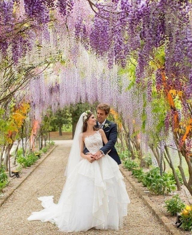 Ensaio | Foram 3 dias de festa na Toscan, em Arezzo, para comemorar o casamento de @alexiamarini, sócia do e-commerce carioca @shoplixmix. O Hotel Il Borro, da família Ferragamo, foi o local escolhido para as celebrações: jantar com cantores líricos, cerimônia e um brunch de despedida.  O vestido da Alexia é @inesdisanto . Ser fotografada em baixo de arcos de glicínias não tem preço!  #weddingdress #noiva #bride #casamento #wedding #icasei#weddingday #instawedding #marriage…