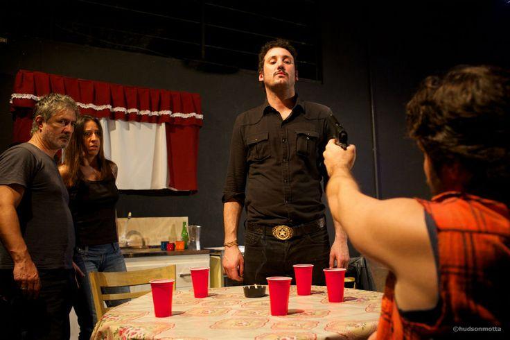 Na trama, Chris Smith é filho de Ansel e irmão de Dottie e está devendo dinheiro a traficantes de Dallas, cidade onde mora. Com a ajuda do pai e da madrasta elabora um plano mortal para se livrar dos problemas. Para isso, contrata Joe Cooper, o Killer Joe, um detetive matador.