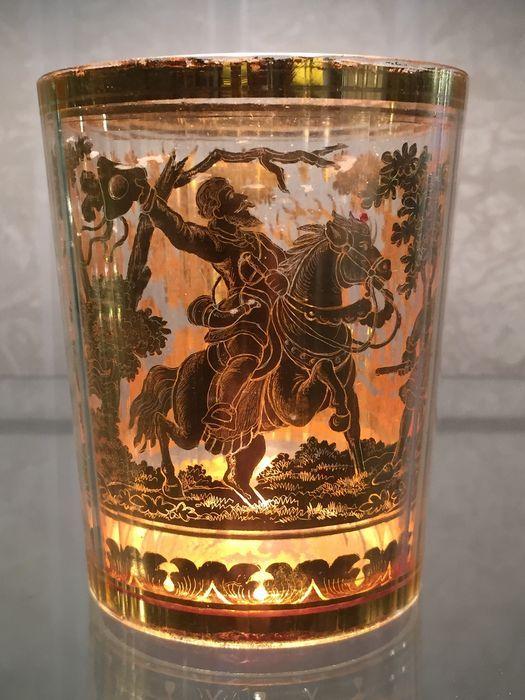 Zwischen goldglass met jacht-tafereel - Bohemen - 18e eeuw          Een type van decoratie, geproduceerd in Tsjechië en Oostenrijk in de 18e eeuw, waarin een ontwerp in goud of zilver blad wordt opgenomen tussen twee mallen die precies in elkaar passen.  Zwischengoldglas wordt gebonden met cement.