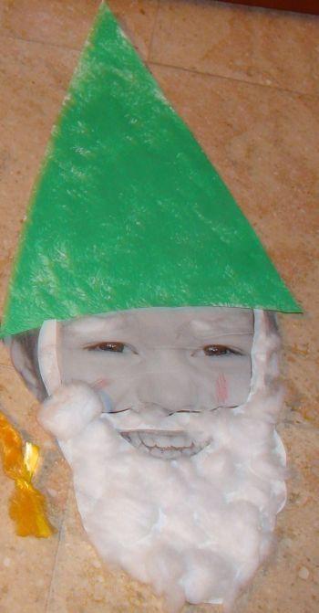 Schilderen kaboutermuts en bekleven van een baard met watte op eigen foto
