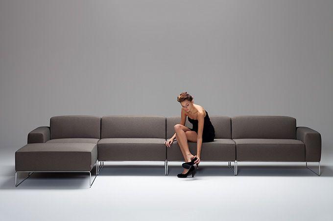 MaMà Design Meda. Milaan is beroemd om haar mode en design, Murano voor de productie van artistieke glasobjecten, Rome om zijn monumenten. De Italiaanse Brianza regio is de thuisbasis van gestoffeerde banken en Meda is het hart van Brianza. De Meda bank is eigenlijk onmogelijk te bevatten. Groot en comfortabel, het is het statussymbool van mensen op zoek naar totale ontspanning na een intensieve dag op het werk. Als een jacht afgemeerd in uw eigen woonkamer. Comfort in optima forma.