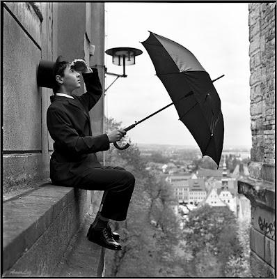 Ho detto alla mia anima di stare ferma, e di stare ad aspettare senza sperare.  Perché sperare sarebbe sperare la cosa sbagliata;  Di stare ad aspettare senza amore.  Perché l'amore sarebbe amore per la cosa sbagliata;  Ma resta ancora la fede.  Ma fede e amore e speranza sono tutte nell'attesa.  Aspetta senza pensare, perché non sei pronto per pensare.  E allora l'oscurità sarà luce, e l'immobilità danza.    Thomas Stearns Eliot