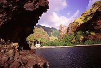 La Polynésie française se compose d'environ 118 îles, d'origine volcanique ou corallienne, couvrant une superficie émergée de 4.200 km² dispersée sur 2 500 000 km² (équivalent à la surface de l'Europe), le territoire est composé de cinq archipels : L'archipel de la Société, qui est composé des Iles du Vent (Tahiti, Moorea et Tetiaroa) et des Iles Sous le Vent (Raiatea, Tahaa, Huahine, Bora Bora et Maupiti)
