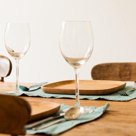 Het bamboe bord middel maakt elke gedekte tafel tot een kunstwerk ( https://houtspul.nl/borden-en-schalen/85-bamboe-bord-middel.html )