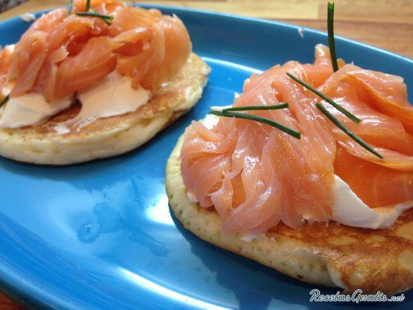 Aprende a preparar blinis de salmón con esta rica y fácil receta.  Los blinis de salmón que te proponemos en RecetasGratis.net son fáciles de preparar y te resuelven...