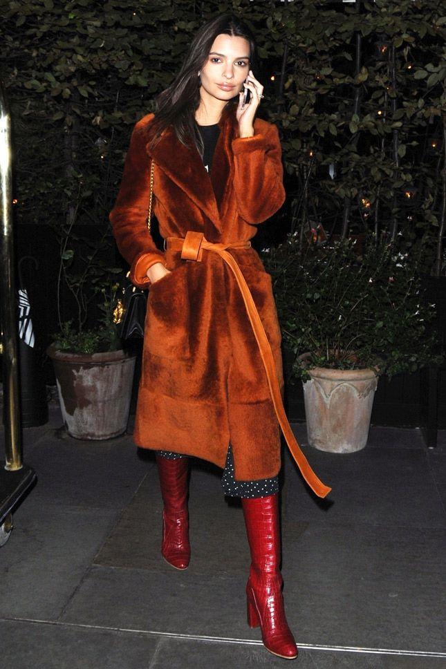 Эмили Ратайковски в пальто Yves Salomon и сапогах George Esquivel x Brock Collection в Лондоне
