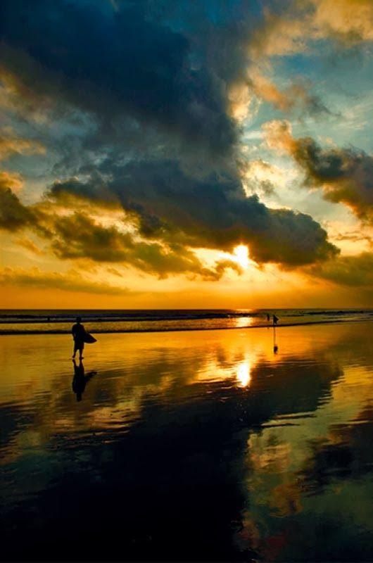 Pôr do sol na praia de Jimbaran, em Bali
