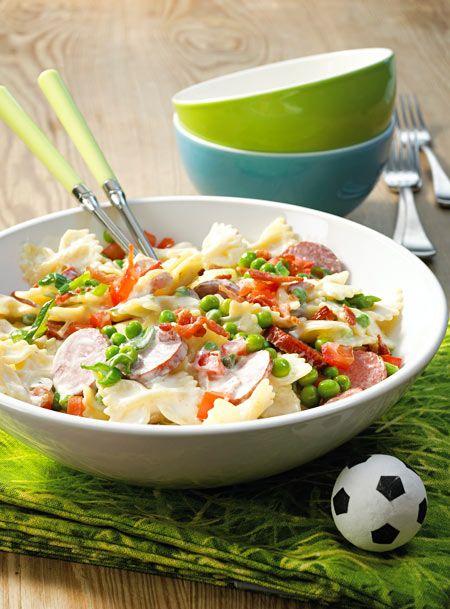 Wenn das mal nicht der perfekte Nudelsalat für einen Fußball-Abend mit Freunden ist!