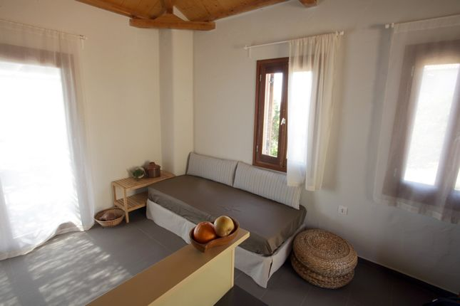 View the interior of a Casa Kalypso suite / Allonissos
