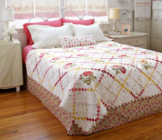 Sweet Retreat Bed Quilt, a free quilt pattern with directions!Retreat Beds, Allpeoplequilt Com, Quilt Patterns, Sweets Retreat,  Comforter, Beds Quilt, Free Beds, Room Makeovers, Prairie Point
