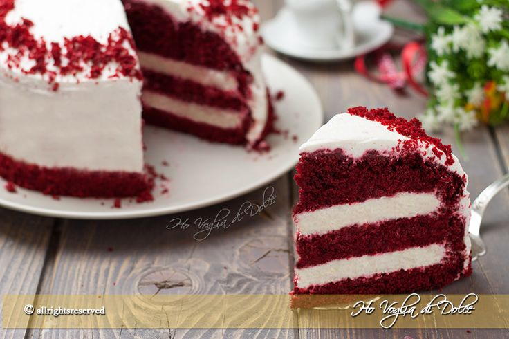 Torta red velvet, ricetta originale americana detta anche torta di velluto rosso. Un dolce bellissimo, dal colore rosso, farcito con crema al mascarpone.
