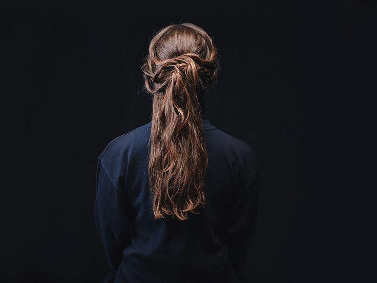 Как сделать прически героинь «Игры престолов». Изображение №6.  Разделите волосы на прямой пробор, выделив две секции по бокам головы. На затылке надо скрутить обычный пучок. С каждой стороны, начиная с височной зоны, скрутить по три нетугих жгута, пришпилить их к пучку, щедро закрепить лаком.