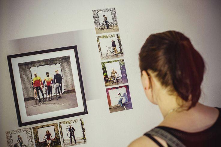 """""""Dokumenta-cyclista"""" to wystawa poprojektowa Filipa Kucharczyka, który zwiedzając świat fotografował rowery i ich użytkowników. Portrety na białym tle prezentują modę rowerową oraz rodzaje używanych jednośladów. Helmut Newton miał swoje kobiety, a Filip swoich rowerzystów. Kolekcja zdjęć oddaje rozmach pomysłu i tworzy spójny obraz społeczności rowerowej. foto: Michał Gałczyński (dobrzedobrze.net)"""