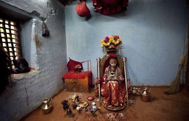 Nepal. Kumari Devi, młoda dziewczyna uznawana za żywe wcielenie bogini Kali, siedzi w swojej świątyni. Fot. NARENDRA SHRESTHA/PAP/EPA