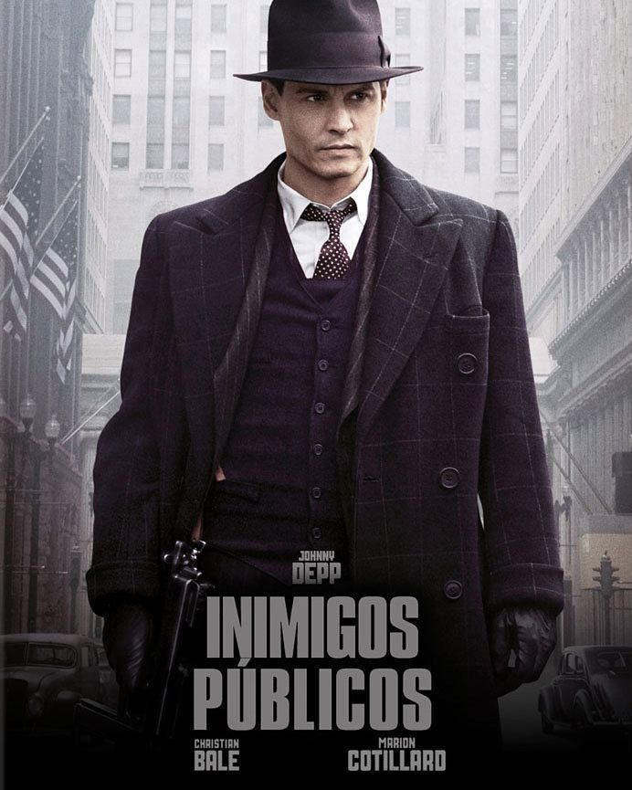 INIMIGOS PÚBLICOS John Dillinger (Johnny Depp) era um criminoso audacioso e violento mas que atraía a opinião pública ao seu favor principalmente porque dizia retirar das instituições financeiras o dinheiro que elas roubavam do cidadão. Seus assaltos a bancos e fugas rápidas enlouqueciam a polícia que não tinha condições de enfrentá-lo. Assim prender o assaltante tornou-se uma obsessão do então burocrata J. Edgar Hoover (Billy Crudup) que disposto a tudo para fortalecer o famoso F.B.I…