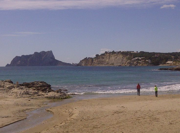 Strand Moraira met uitzicht op Calpe.