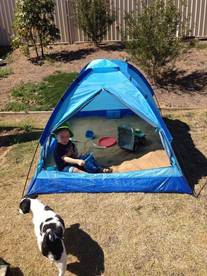 Sandkasten im Zelt. Sonnen- und Regenschutz.