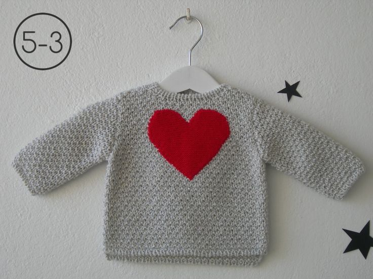 Jersey para bebe hecho a punto fantasía en mezcla de 2 colores con aplicación de corazón en punto bobo. Disponible en color camel, gris perla y visón.