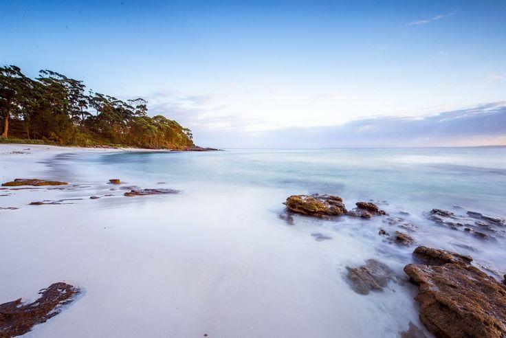 De oostkust van Australië staat bekend om het Great Barrier Reef en de goede surfmogelijkheden, maar het heeft ook schitterende stranden. Wat te denken van Hyams Beach, het meest witte zandstrand ter wereld.