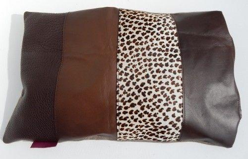 Lederen home kussen donkerbruin tinten #pillow  Glad #rundleer , #panterprint met haar, grof structuur. Achterkant stof.
