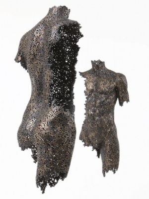 """Metal zincirlerden yapılmış üç boyutlu heykeller...                      Modern Zaman Enfeksiyonları    Güney Koreli sanatçı Seo Young Deok'un metal zincirlerle yaptığı üç boyutlu heykellerden oluşan""""Modern Zaman Enfeksiyonları"""" isimli sergisi Türkiye'de."""