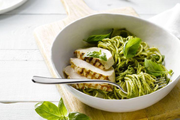 Pasta pesto is natuurlijk al heel lekker, maar eet er eens een stukje gegrilde kip bij, dat maakt het helemaal af!