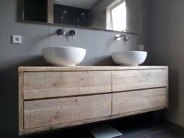 Zwevend badkamermeubel van steigerhout met 4 ruime lades. Strak en functioneel vormgegeven én de sfeermaker van deze mooie strakke badkamer! Het oude hout is prima geschikt voor de badkamer en hoeft ook niet behandeld te worden. Deze is b160xd50xh48cm en de lades lopen op geleiders. In veel maten te maken en bijpassend ook spiegels met een steigerhouten lijst. Ook in eikenhout! Eiken badkamermeubel 4 lades