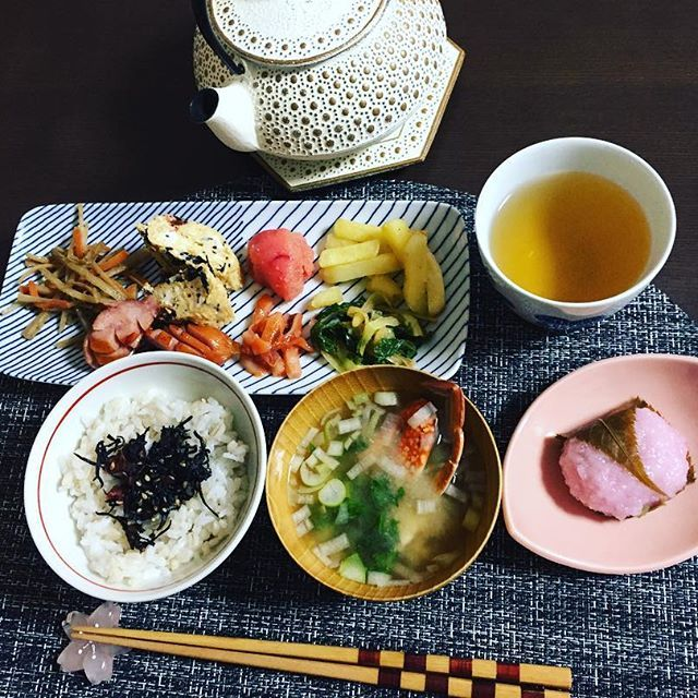 【kamiyoo0902】さんのInstagramをピンしています。 《木曜日〜SPARKの日♡ いいお天気  朝ごはん♪今日は久々にお弁当が言ったので残りもので いつもよりしっかり和食♡ しっかり食べると活力がわきます!今日も頑張れそーです(^^) #朝ごはん #和食 #きんぴら #だし巻き #明太子 #かねふく #イカ明太 #水菜ナムル #ポテト #フランクフルト #もち麦ごはん #梅の実ひじき #太宰府天満宮 #えとや #ほうじ茶 #南部鉄器 #アンシャンテ #白山陶器 #桜餅 #桜 #アサガシ》