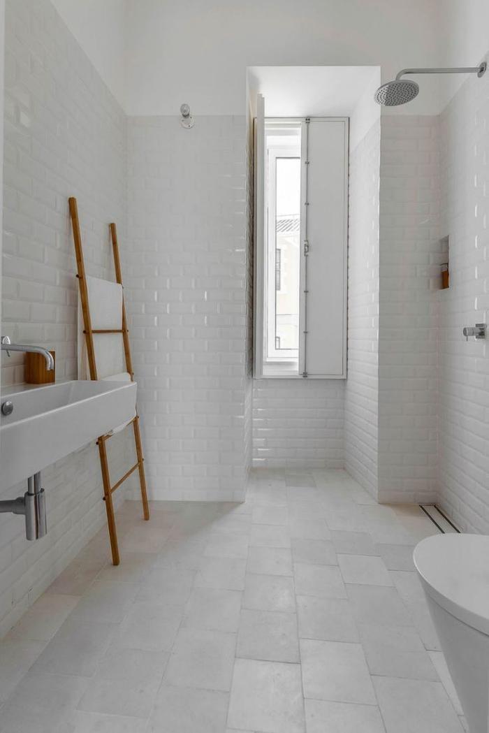 salle de bain scandinave, carrelahe blanc et petits accents en bois
