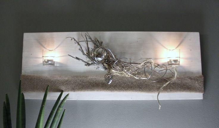 WD78 – Edle Wanddeko! Holzbrett weiß gebeizt, natürlich dekoriert mit Filzband, einer Edelstahlkugel, einem Metallornamentherz, zwei Teelichtgläsern und natürlichen Materialien! Preis 64,90€ – Größe 30x80cm