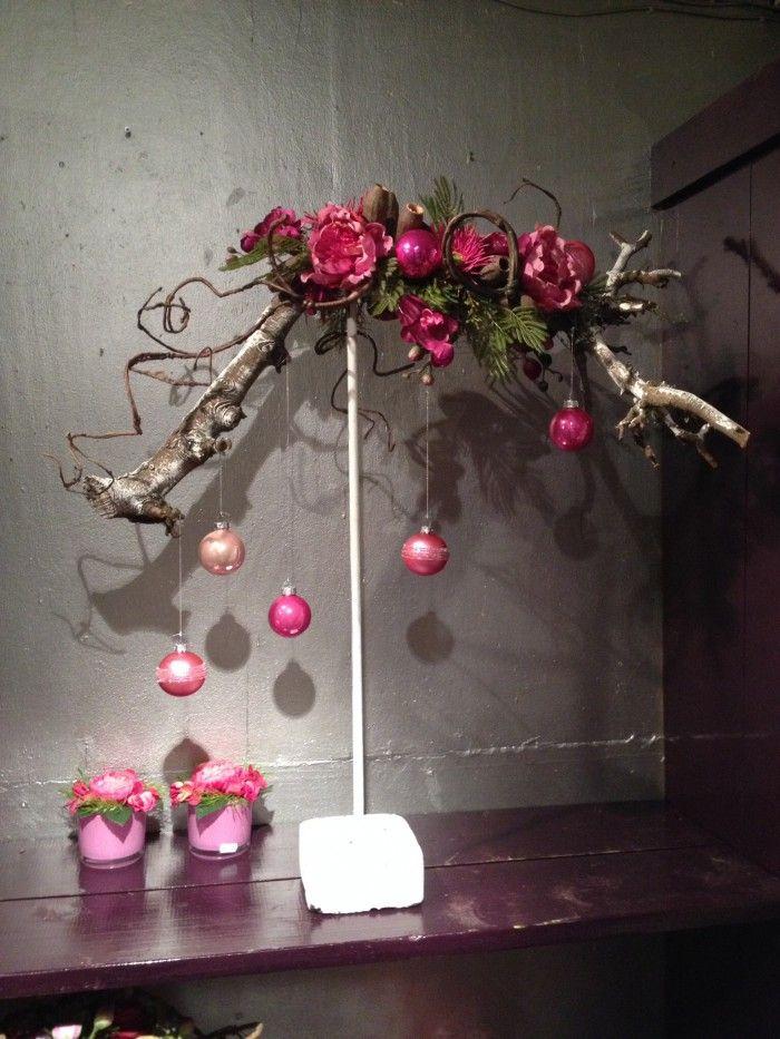 Kerst - op een standaard bevestigde kunst- of echte kronkeltak, opgemaakt met wat groen en kunstbloemen en mooie kerstballen subtiel eraan hangend... ! Naar voorbeeld van Jan Cees Lont, sfeerboerderij