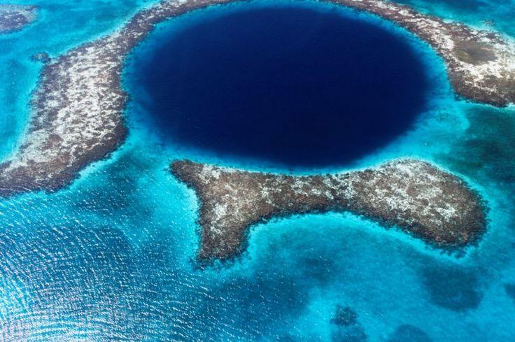 Le Grand Trou Bleu au Bélize. Ce trou bleu est le fruit de mouvements géologiques qui ont commencé lors de la dernière glaciation. Le Grand Trou Bleu était alors une grotte, avec la montée des eaux, elle s'est inondée et son plafond s'est affaissé. D'une profondeur de 102 mètres, il possède un diamètre de 300 mètres.  ©  lomingen