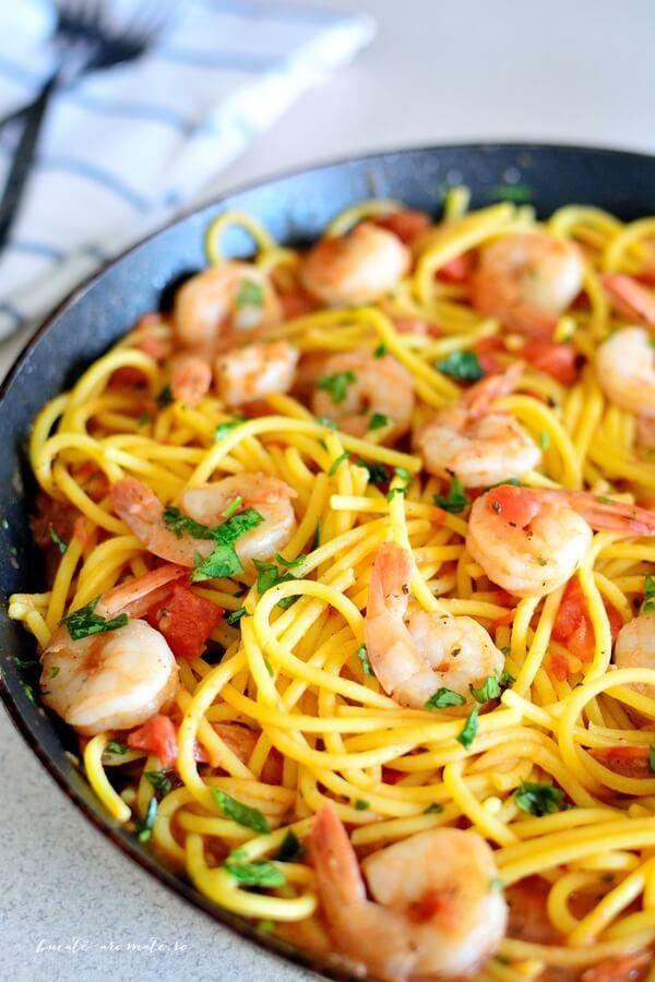 Spaghete cu creveţi, sos de roşii şi usturoi