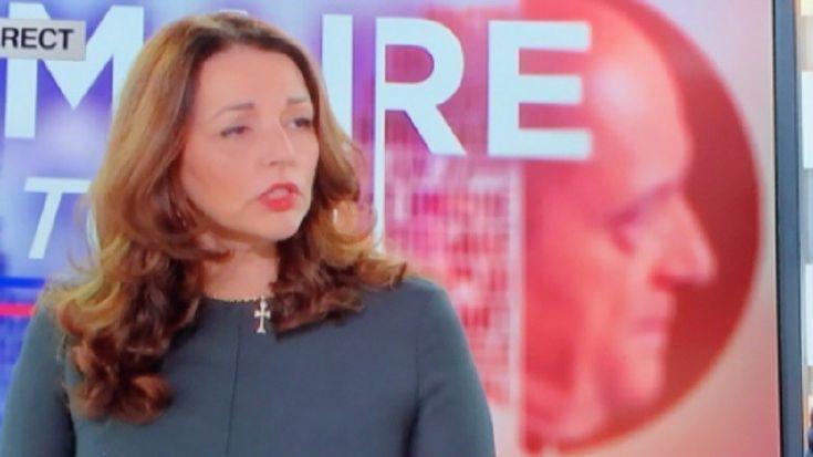 Caroline Fourest s'en prend à Valérie Boyer sur Twitter parce qu'elle porte une croix pendant son intervention télévisée