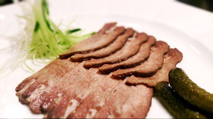 香味野菜と赤ワインに漬け込んで寝かせてから 柔らかく煮た牛タン(冷製)