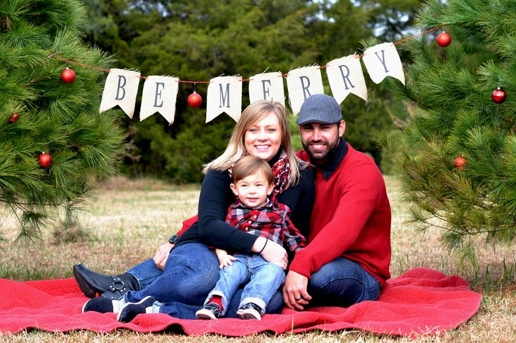 Love the simplicity of the background decorations.  Family Christmas Pictures- Christmas tree farm