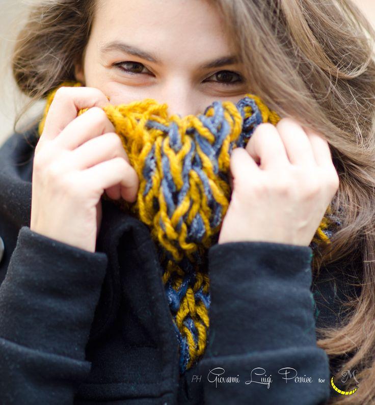 Morbida e calda, questa sciarpa ad anello offre una calda protezione dal freddo invernale grazie al suo doppio strato di lana intessuta a mano con una tecnica a telaio. Divertente e molto colorata, sarà un punto colorato nelle giornate più grigie. Taglia Unica La lana utilizzata per questa creazione proviene da varie donazioni. ----> Seguimi sul web: https://malicecraft.wordpress.com/  ---> e su fb: https://www.facebook.com/MaliceCrafts