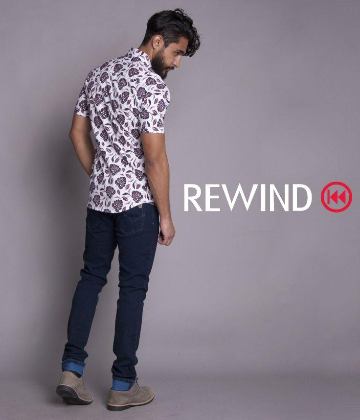#Estilo #camisa #blanca con #fullprint #print de manga corta #caballero #pantalón #mezclilla #azul #rey #calzado #Rewind #look #primavera #Marzo #outfit #men #color