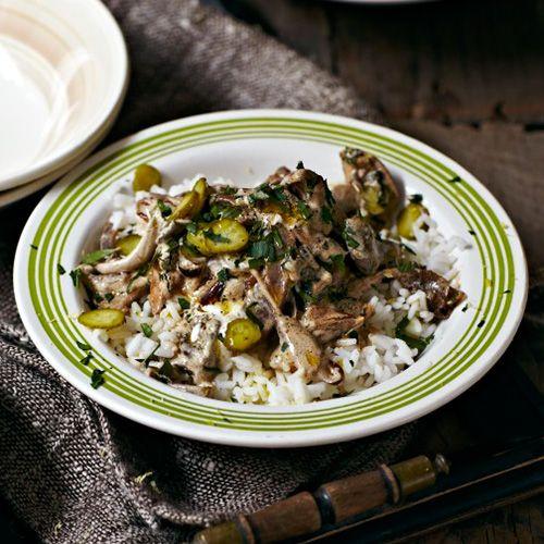 Vervang het traditionele rundervlees voor duif en je hebt bovenstaand gerecht. Duivenborst heeft een hele typische smaak en komt erg goed tot zijn recht in deze duif stroganoff. Serveer met rijst.    1 Kook de rijst volgens de instructiesop...