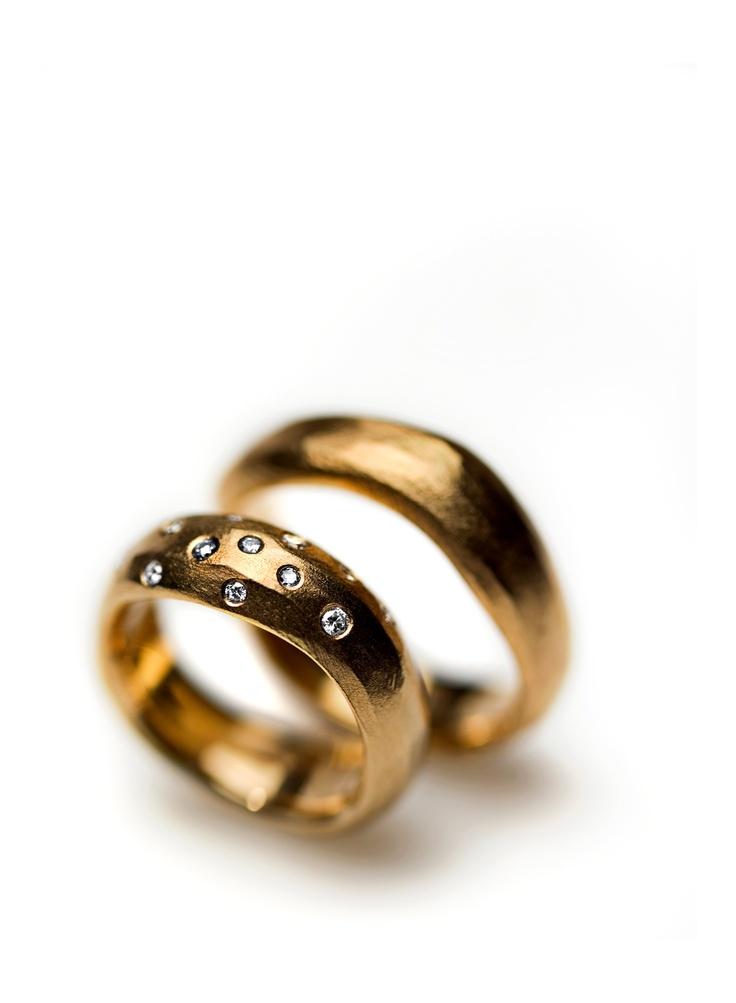 Organic shapes, rose gold and diamonds. #wedding #weddingring #weddingband #weddingrings #weddingbands #Bryllup #vielsesring #vielsesringe #diamant #diamantring #diamond #diamondring #brillant #milasjewellery #handmade #denmark